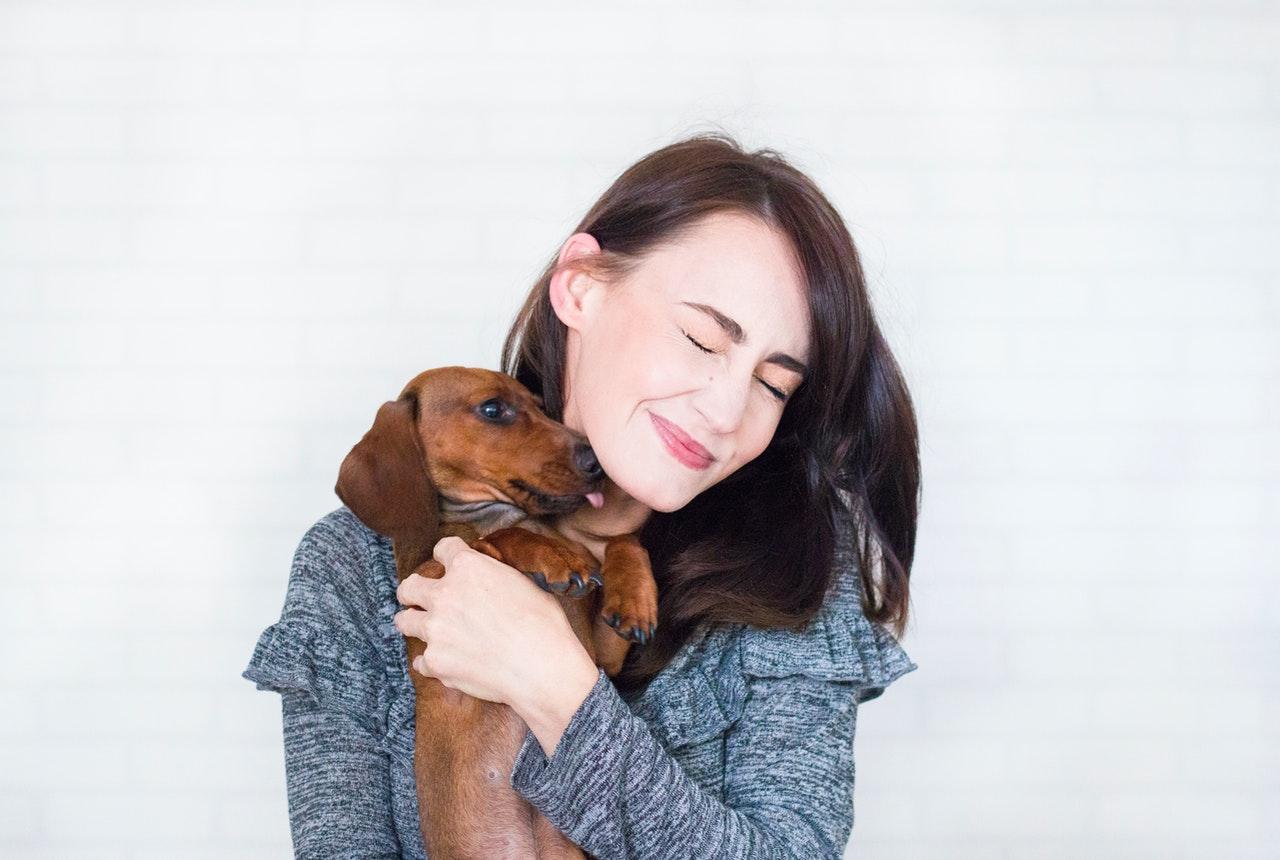 kvinde med hund